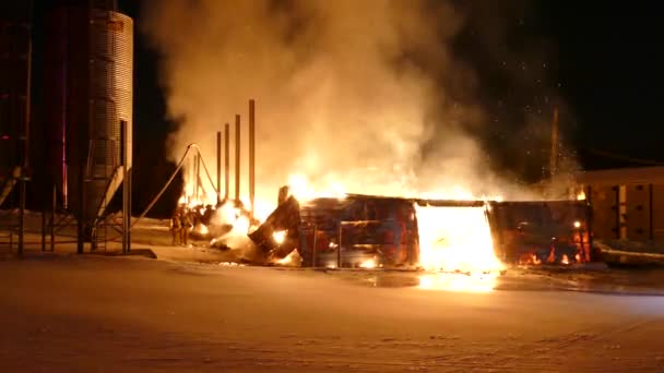 Dvojice hasičů se v zimě v noci nemůže rovnat masivnímu požáru budovy.