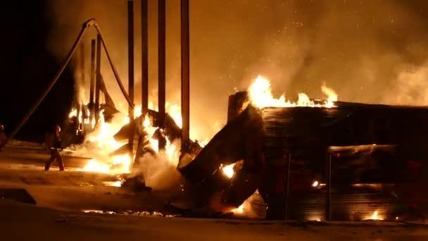 Hasiči jsou malí v porovnání s intenzitou požáru, se kterým bojují.