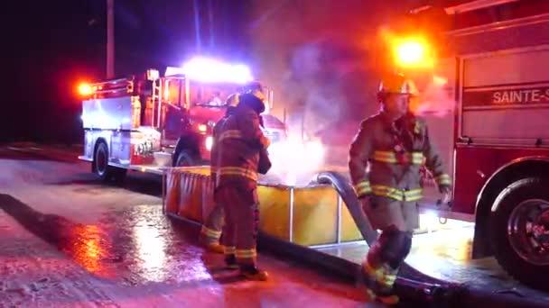 Nafukovací vodní nádrž na místě požáru ve venkovské oblasti naplněné požárními tankery