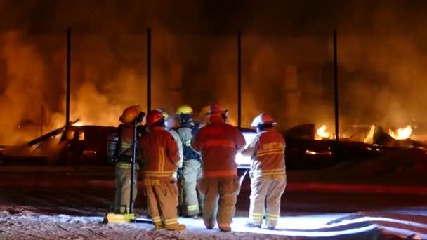 Muži v práci během požáru, který se týkal požáru venkova v Severní Americe