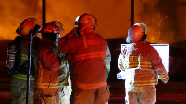 Různé Quebec požární dept na aktivní požární scéně mluvit na velitelském stanovišti