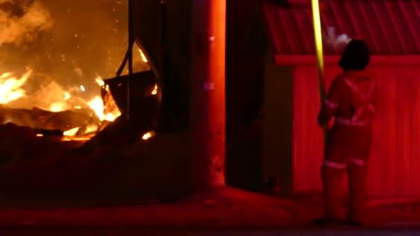 Hydro Quebec dělník pomocí dlouhého sloupu vypnout napájení během požáru
