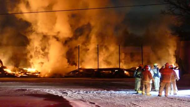 Rýhující se oheň vypadá jako peklo s malým hasičem, který na něj dává vodu.