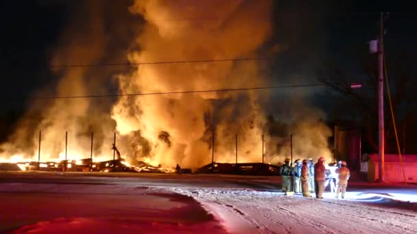 Naklonit se záběr z velkého ohně na měsíc v chladné zimě kanadské noci