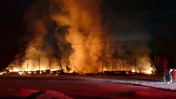 Hladké klouzání fotoaparát záběr v 4k masivní požární následky s plameny