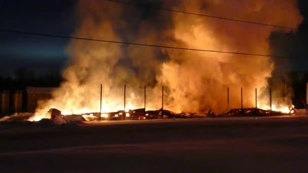 Lehký pohyb kameramana při natáčení hořícího skladu