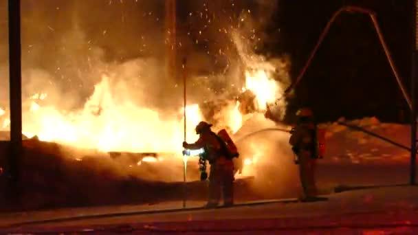 Hasiči se aktivně snaží uhasit těžké plameny, které způsobují velké škody