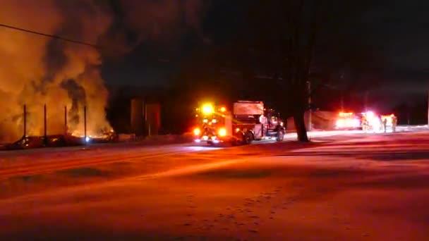 Hladký steadicam záběr venkovské požární scény s jasně osvětlené červené hasičské vozy