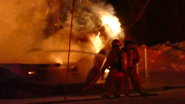 Průmyslový požár v noci v zimě bojují dva přemožení hasiči