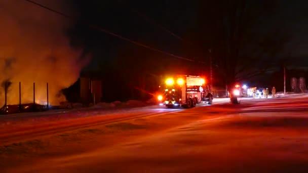 Přepálit od hasičského auta k hasičům kráčejícímu před stěnou plamenů a kouře