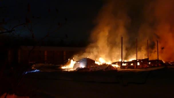 Přiblížit posloupnost zborcených stěn skladu v plamenech během velkého incidentu