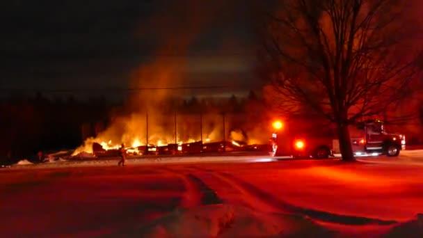 Jasně červená osvětlená ohnivá scéna s přístrojem v popředí hlavního ohně