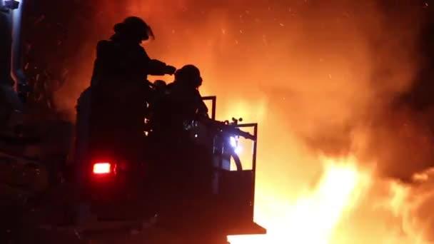 Hasiči ve vyvýšené plošině s plameny