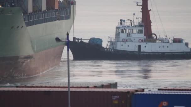 Kereskedelmi teherhajót toló vontatóhajó