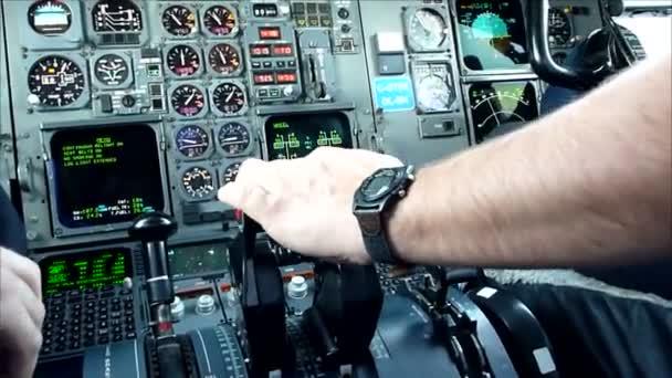 Die Hand des Piloten eines Verkehrsflugzeugs schiebt beim Start Schub