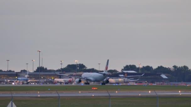 Air Canada jumbo jet soustružení při pojíždění na letišti