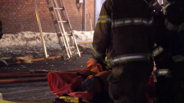 Zraněný hasič, o kterého se starali záchranáři