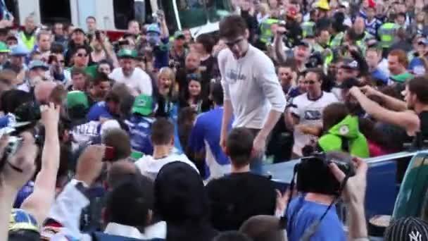 Boj uvnitř hustého davu v rámci masivní vzpoury ve Vancouveru, Kanada