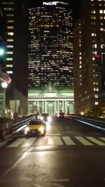 Provoz na Park Avenue viadukt před budovou Grand Central Terminal ve večerních hodinách, New York, Ny, USA