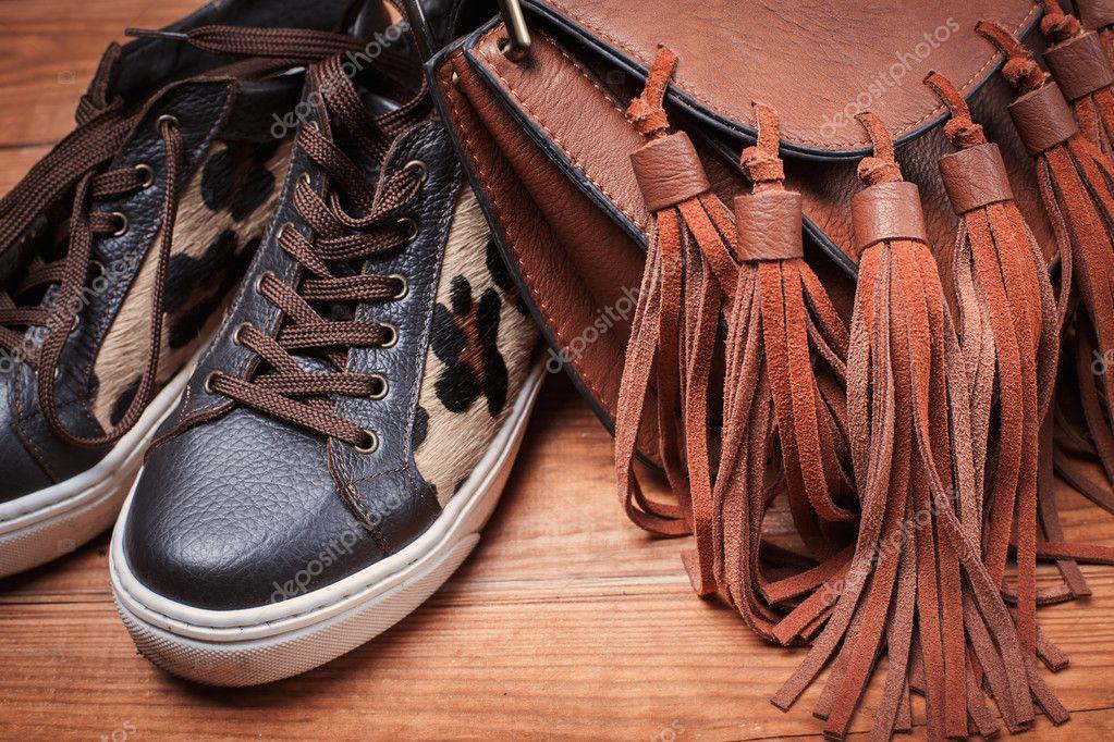 ce4b9dd9c36 Φθινοπωρινά Γυναικεία παπούτσια και τσάντα — Φωτογραφία Αρχείου ...
