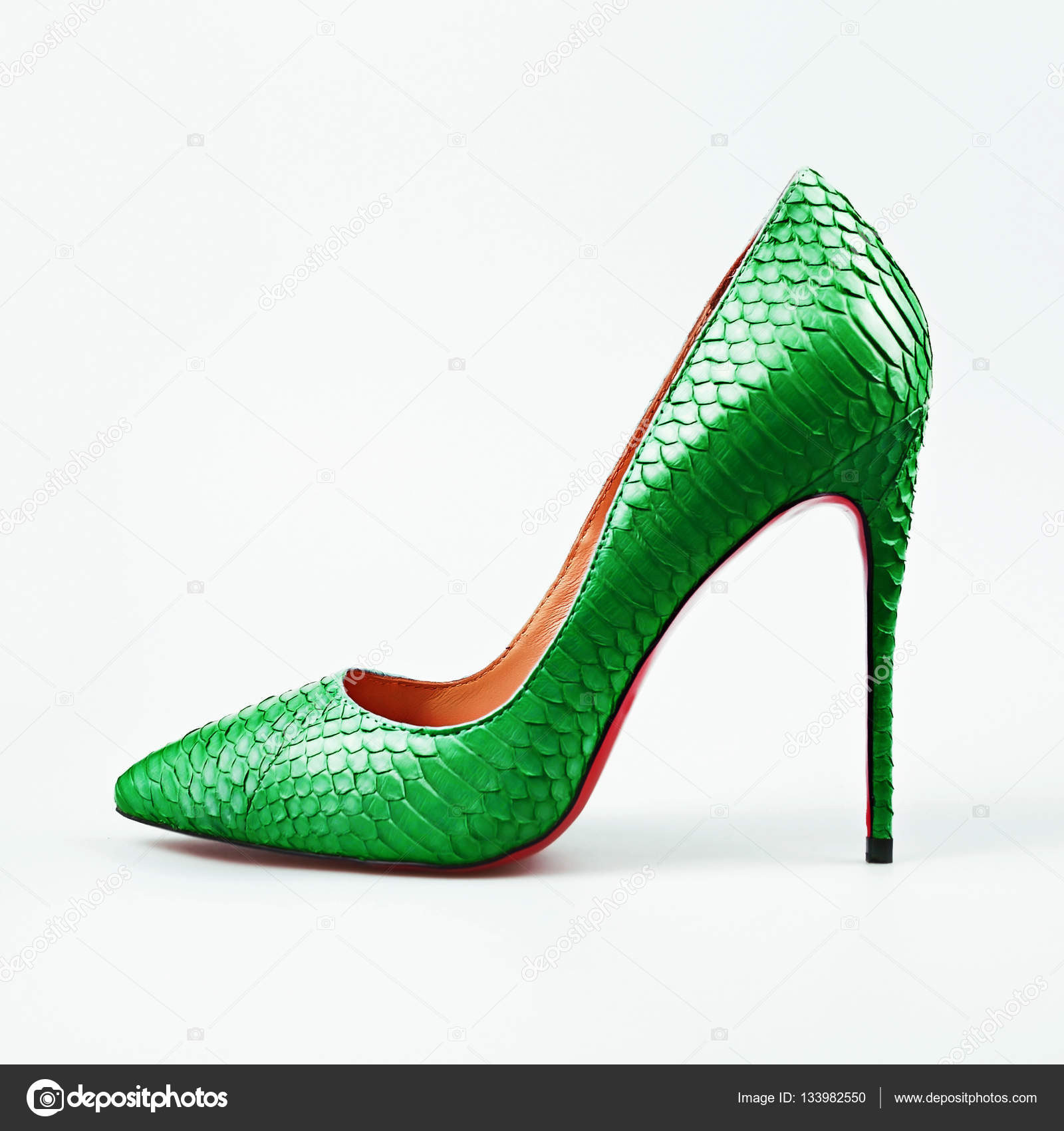 07aa024c2a07 Zapatos de mujer de tacón alto verdes sobre fondo blanco — Fotos de ...