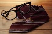 Pánské doplňky. Sluneční brýle, manžetové knoflíčky a kravata