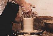 Fotografie Mann mit seinen Händen dub Wand Krug, die er aus Ton formt auf