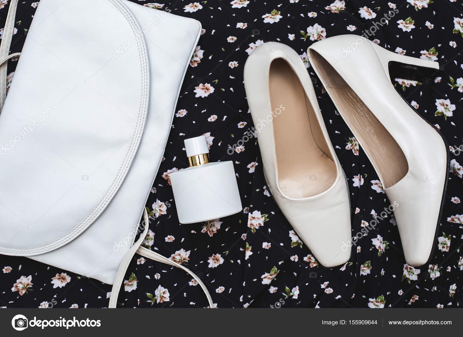 f8ee131b294 Κομψά γυναικεία αξεσουάρ. Παπούτσια λευκά με τσάντα και άρωμα– εικόνα  αρχείου