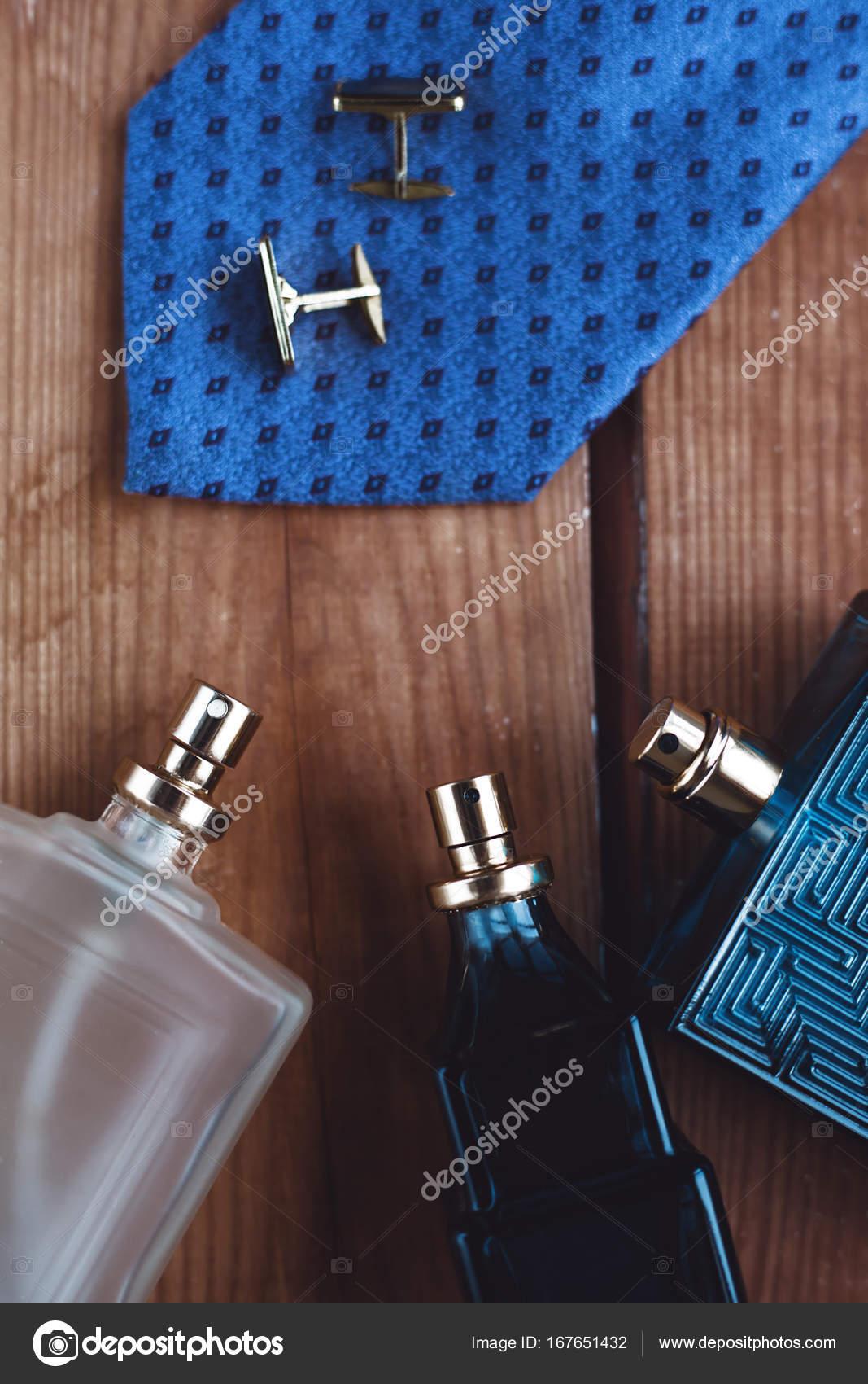 a75d8cb1c21 Ανδρικά αξεσουάρ μόδας. Άρωμα με γραβάτα και μανσέτα — Φωτογραφία ...