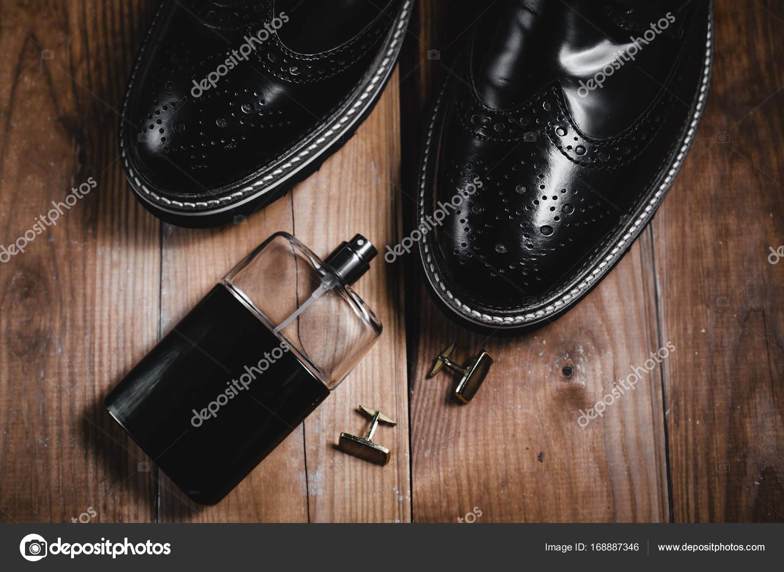 9b1ddf7c62e Mans αξεσουάρ. Παπούτσια με άρωμα και μανσέτα — Φωτογραφία Αρχείου ...