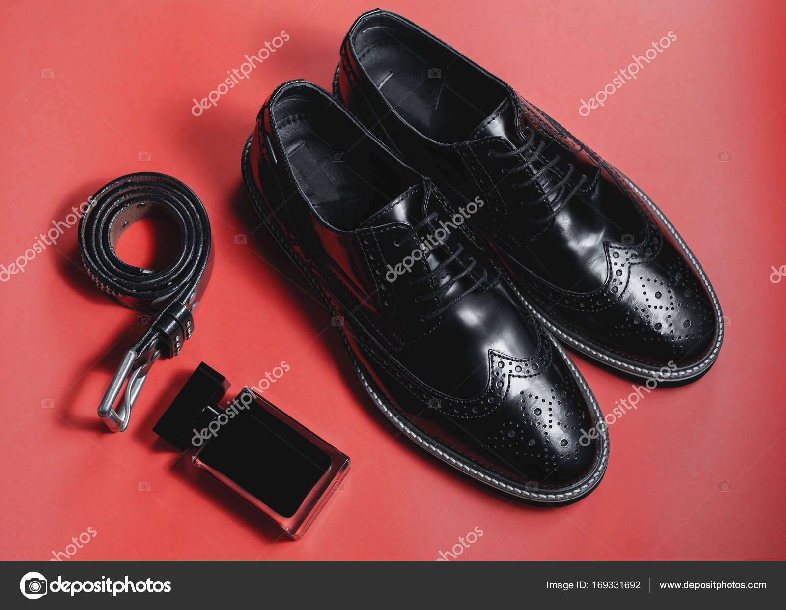 129a28ca81b Ανδρικό αξεσουάρ. Παπούτσια με άρωμα και ζώνη — Φωτογραφία Αρχείου ...