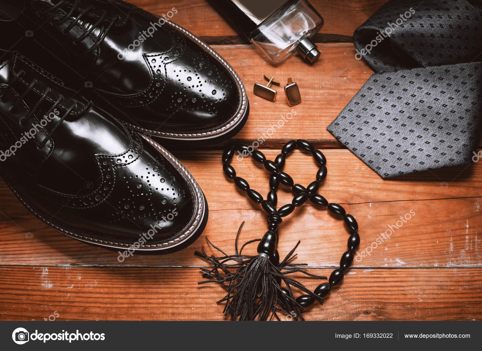 c2a29c3ff59 Αξεσουάρ ανδρών. Παπούτσια με γραβάτα, το άρωμα και μανσέτα– εικόνα αρχείου