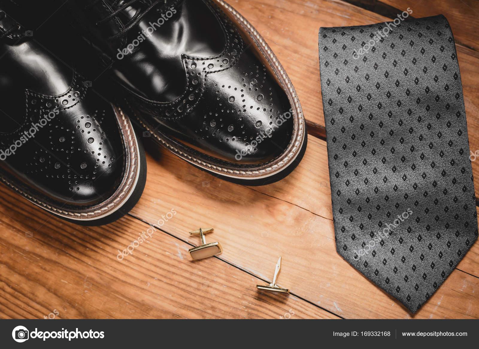 73f9bc4061b Ανδρικό αξεσουάρ. Παπούτσια με γραβάτα και μανσέτα — Φωτογραφία ...