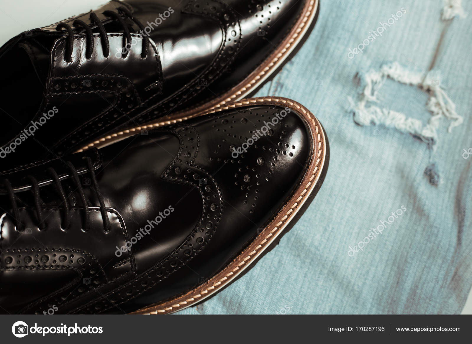 bb6f67d6b Sapatos de couro azul Jeans e masculino — Fotografias de Stock ...