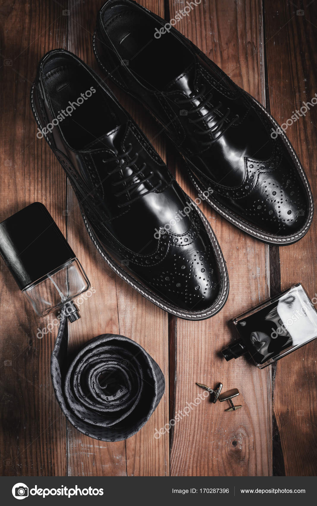 b6ed65127e0 Ανδρικά αξεσουάρ μόδας: παπούτσια με περιχειρίδα και άρωμα– εικόνα αρχείου