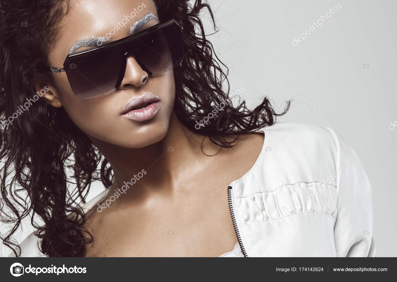 Мулатка в очках
