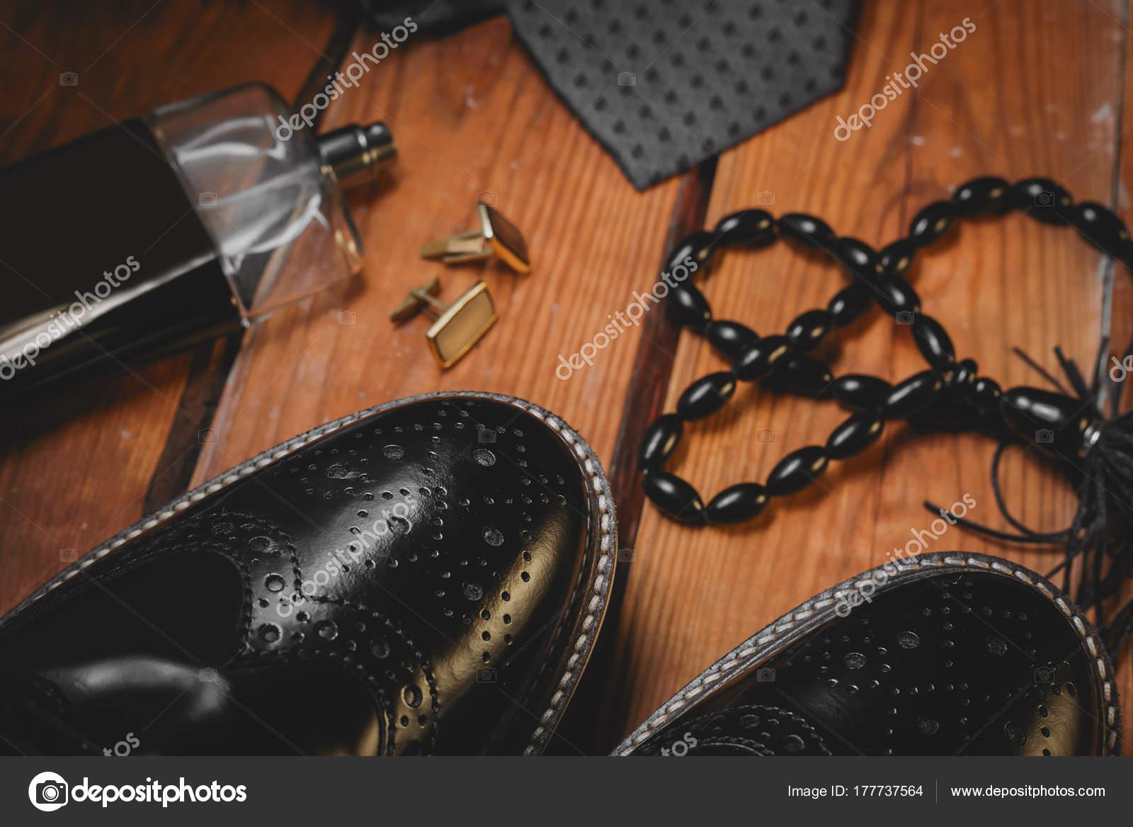 88037ffa031 Ανδρικά casual ρούχα και αξεσουάρ, παπούτσια μαύρο δέρμα, ζώνη και άρωμα —  Εικόνα από ...