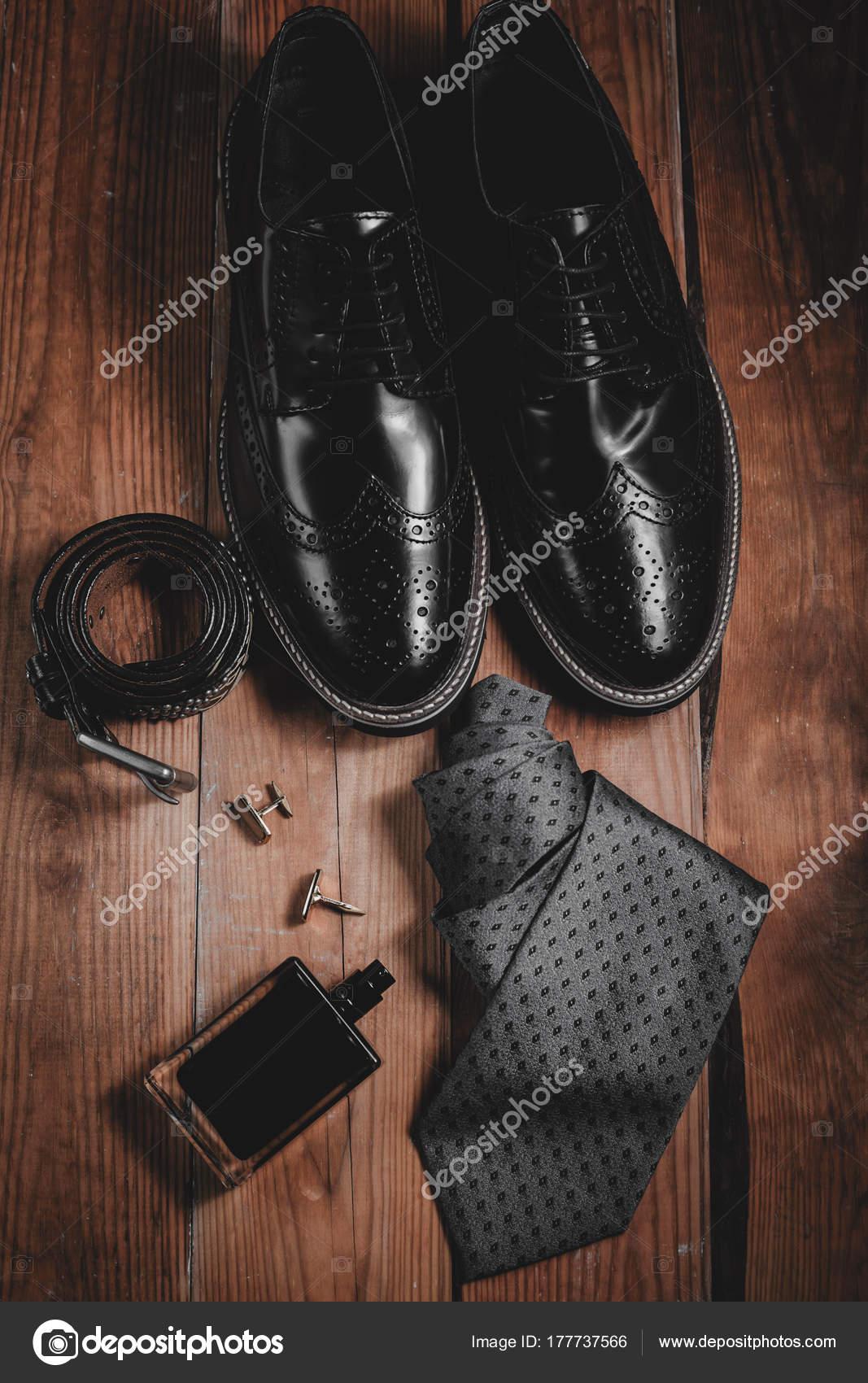ff9956e0e4c Ανδρικά casual ρούχα και αξεσουάρ, παπούτσια μαύρο δέρμα, ζώνη και άρωμα —  Εικόνα από Martyna1802
