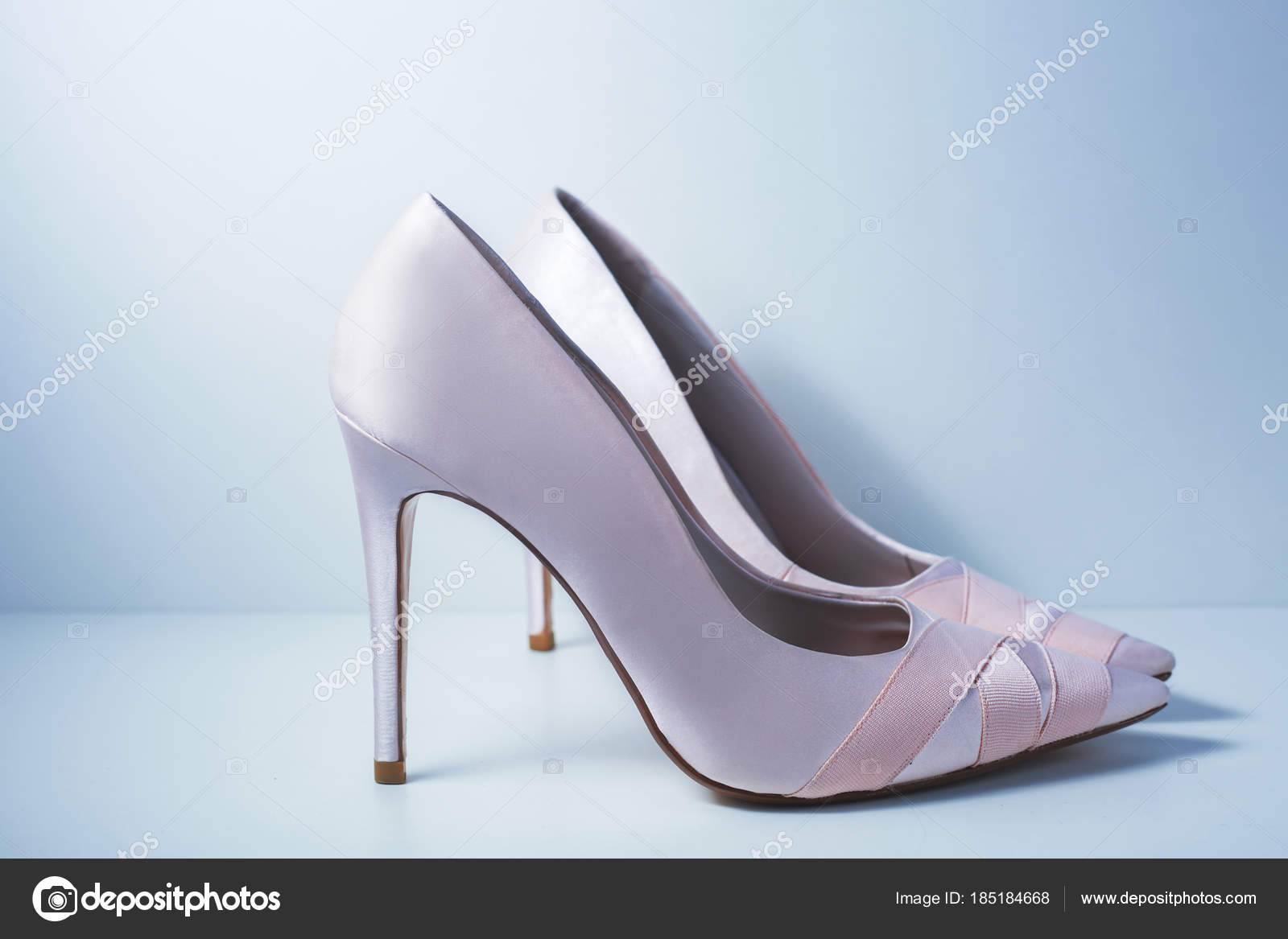 Růžové Dámské modelevé pantofle — Stock Fotografie © Martyna1802 ... a953503183