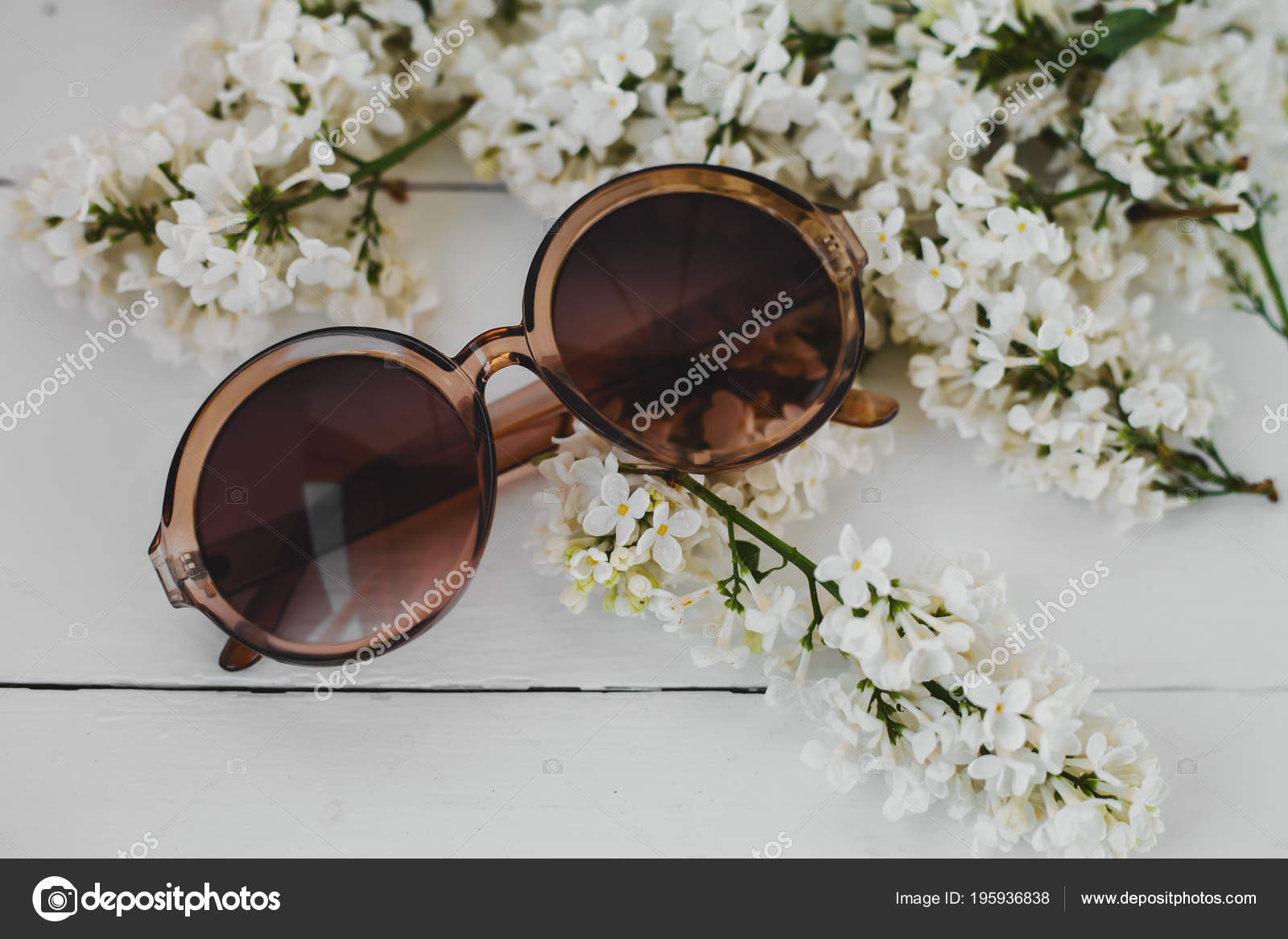 b1922da8ce Elegantes Gafas Sol Con Flores Sobre Fondo Blanco Madera — Foto de Stock