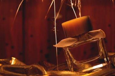 Altın arkaplanda parfüm