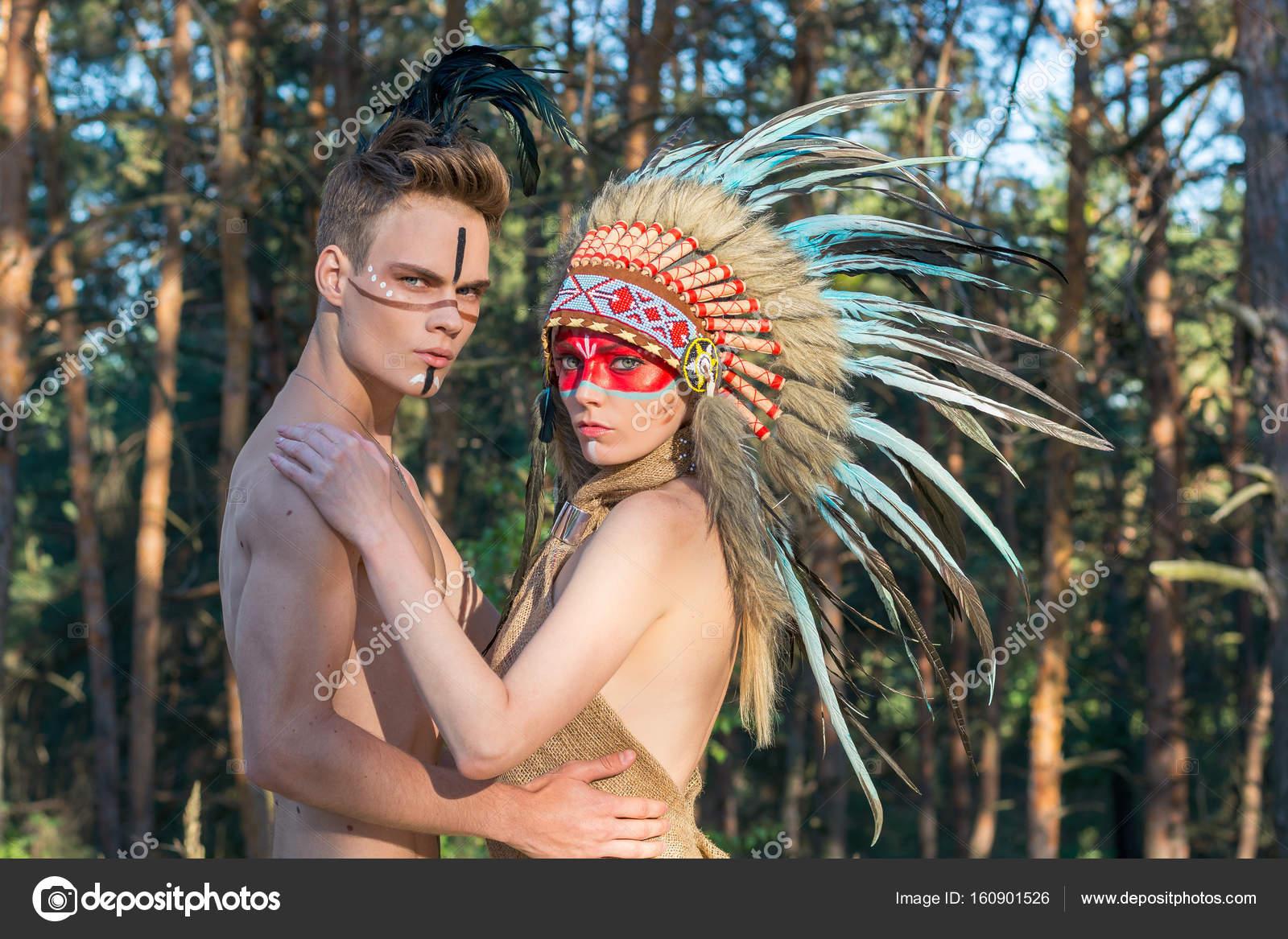 Un chico con un indio para colorear y plumas en sus cabeza abrazos ...