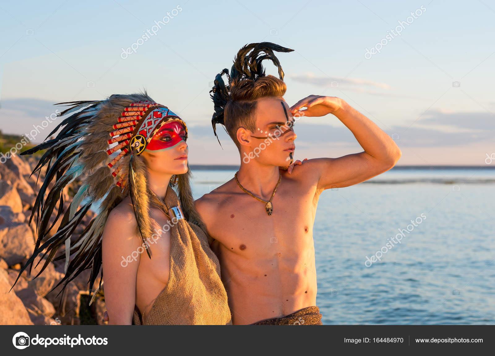 Kleurplaten Indianen Veren.Man Met Een Indiaanse Kleurplaten En Veren Op Zijn Hoofd Em