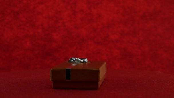 Dárkové krabičce na červeném pozadí