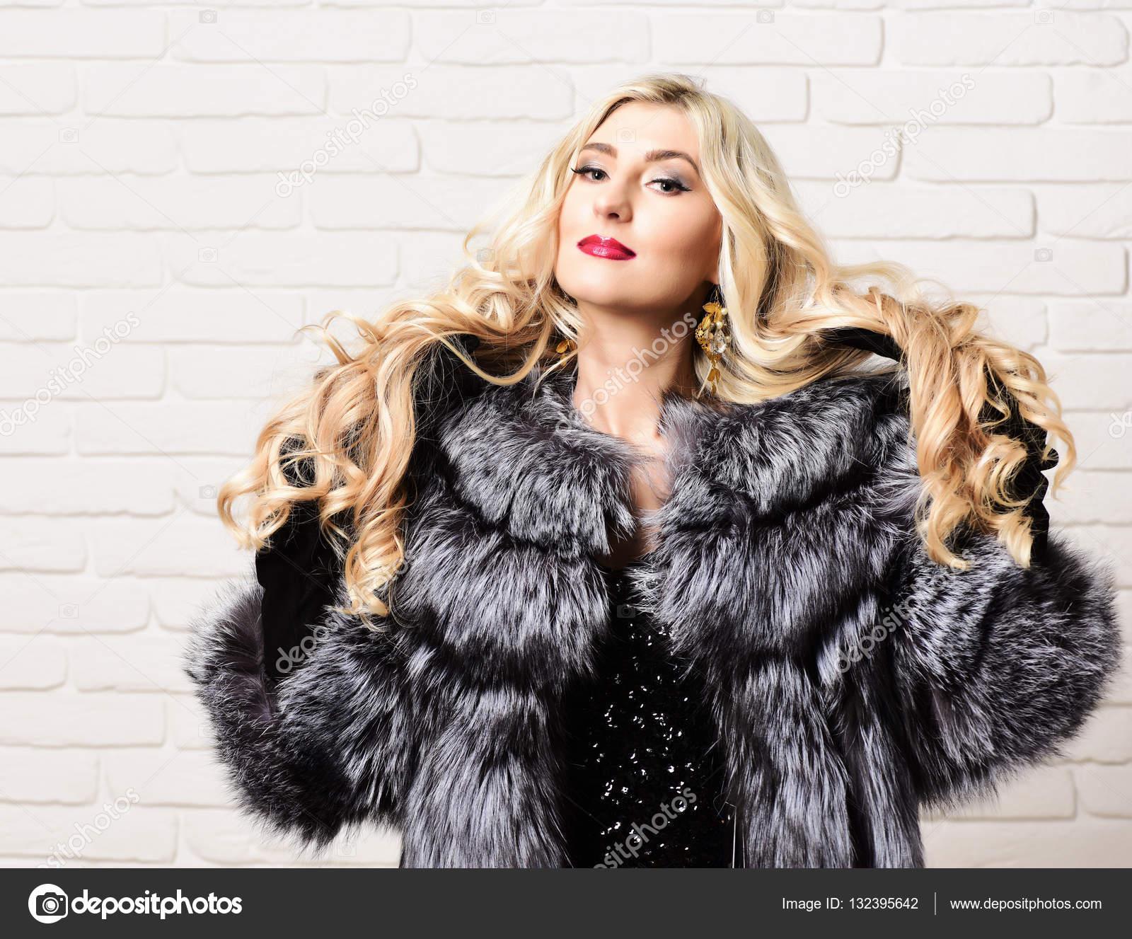 Modische sexy Frau im Pelz — Stockfoto © stetsik #132632926