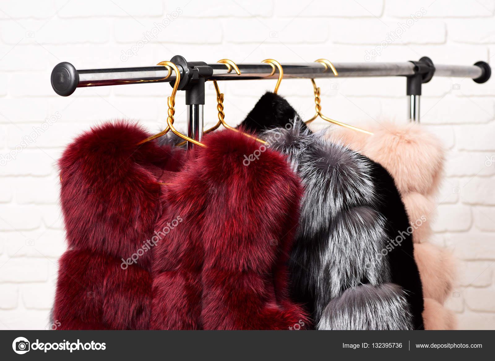 697ce3a485bf μοντέρνο γούνα στις κρεμάστρες — Φωτογραφία Αρχείου © stetsik  132395736