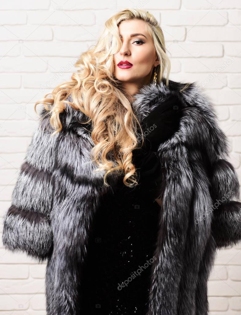 Sexy Frau Im Pelz-Mantel Lizenzfreies Stockfoto - Bild
