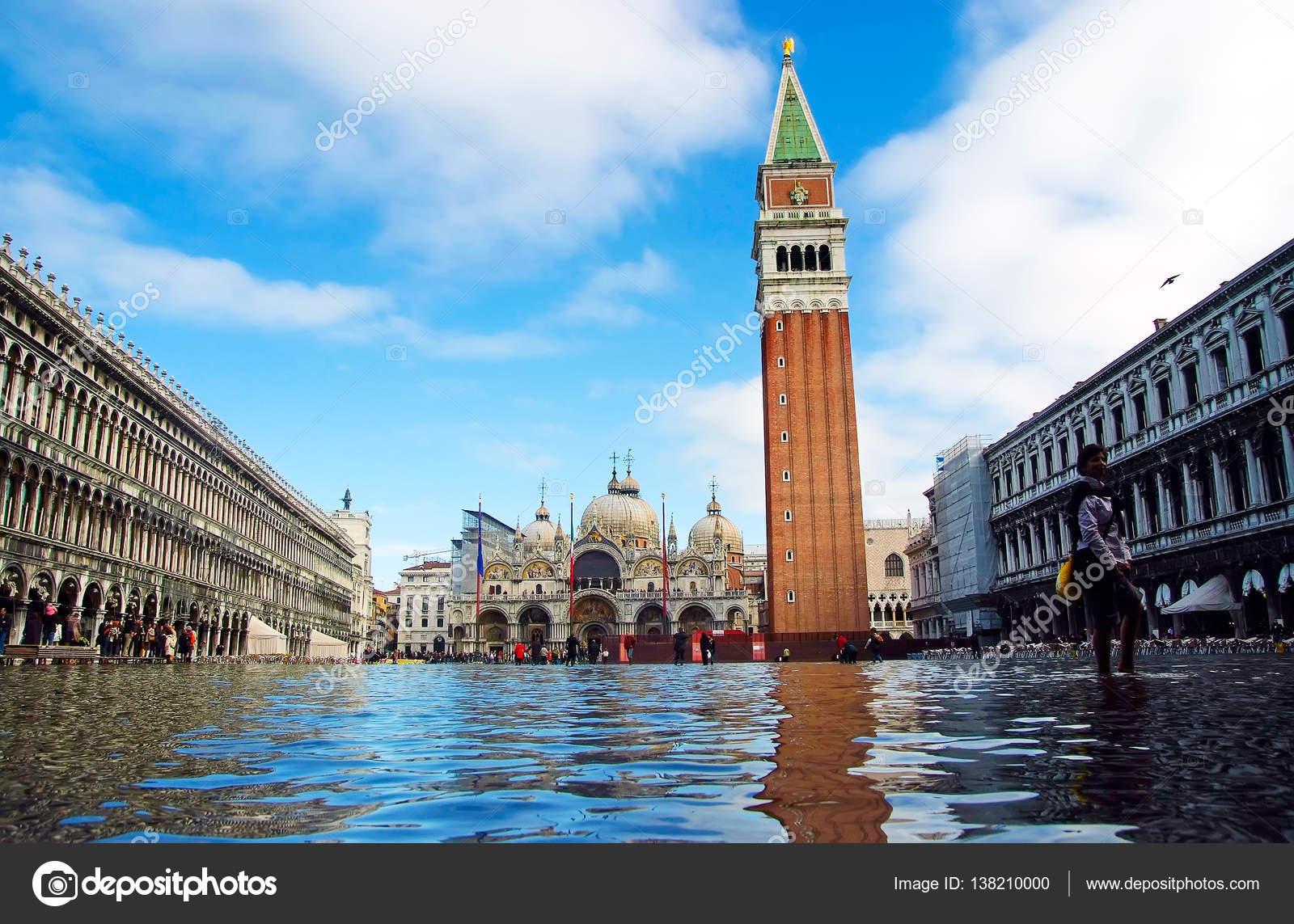 Plaza de la ciudad bajo agua — Foto editorial de stock © stetsik ...