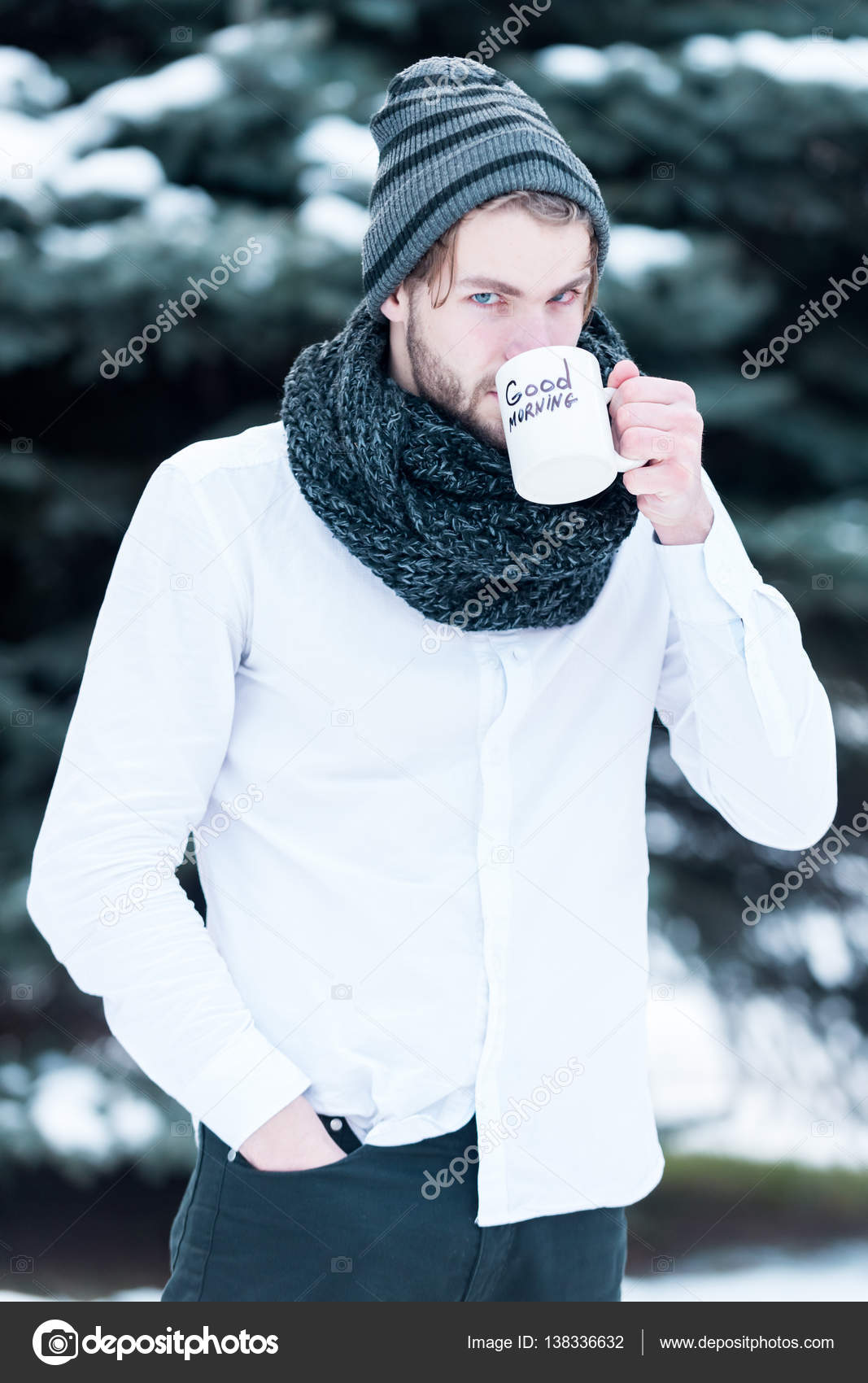 Gut Aussehender Mann Mit Morgenkaffee Im Winter Im Freien