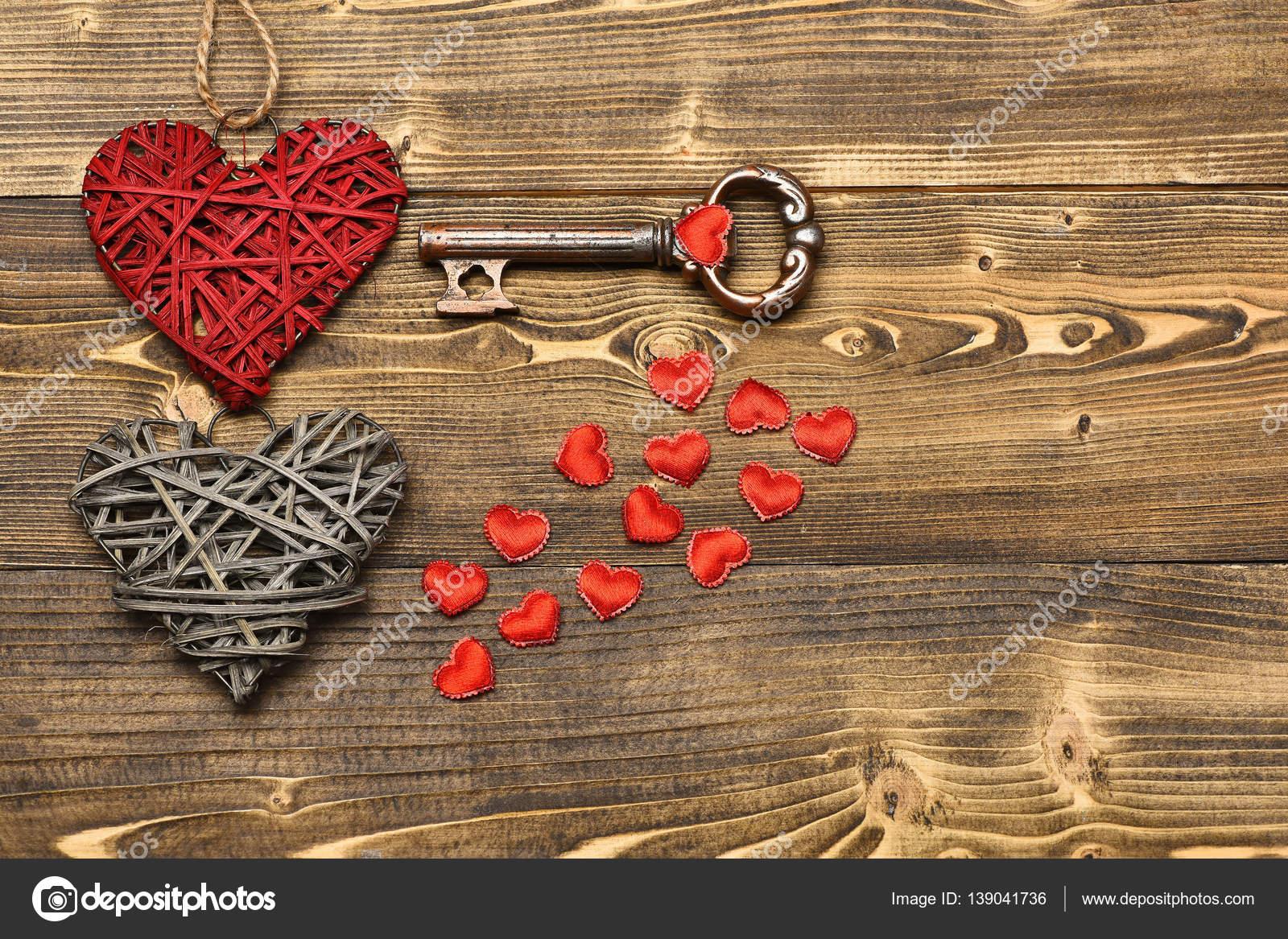 Cuore della paglia e la chiave metallico su legno come - Decorazione san valentino ...